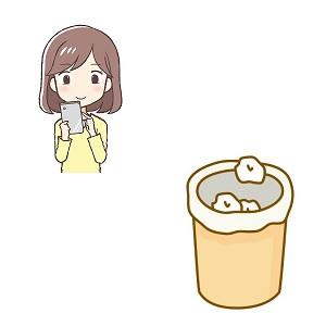 スマホと女性とゴミ箱